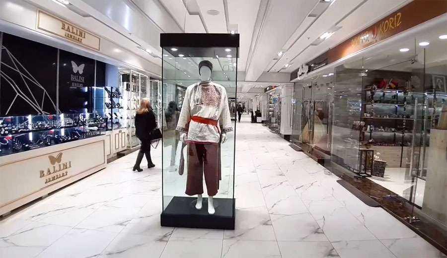 Показ национальных костюмов коллекции Музея истории Еревана в фойе торгового комплекса «Ташир Стрит»